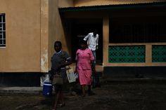 W specjalnych, bezpiecznych pojemnikach szczepionki wyruszają do odległych wiosek w Sierra Leone. Taka przenośna lodówka kosztuje zaledwie 68,75 złotych. www.unicef.pl/pomagam © UNICEF/Z.Dulska Sierra Leone, Raincoat, Rain Jacket