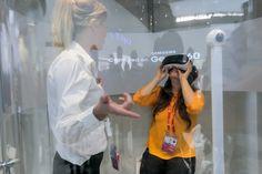 La réalité virtuelle est de plus en plus utilisée comme outil d'aide à la formation, notamment des vendeurs et des chefs de rayon. La technologie favoriserait l'apprentissage et la mémorisation. Un bon moyen, aussi, de plonger les participants au coeur des problématiques. Explications.