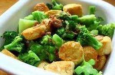 Resep Masakan Tumis Brokoli Tofu - Untuk para ibu-ibu yang sibuk dikantor atau sibuk dengan bisnisnya memang kesulitan untuk menghadirkan menu yang cepat dibuat. Menggabungkan tahu dan sayuran brokoli bisa menjadi cara untuk mendapatkan asupan serat untuk tubuh Anda. Big Meals, Broccoli Recipes, Indonesian Food, Tofu, Potato Salad, Good Food, Snacks, Chicken, Meat