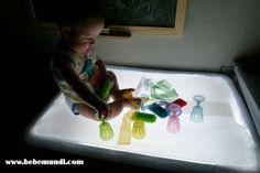 Bebé jugando en la mesa de luz. http://www.bebemundi.com/diy/mesa-de-luz-diy/