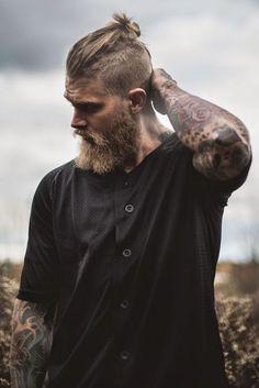 Очень интересная стрижка с пучком на веху и борода