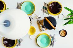 HUOM! Valkoisella pöydällä värikkäät astiat vs. puupöydällä valkoiset astiat!