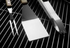 How to Clean Rusty Grill Grates. Several non-toxic methods discussed. Clean Stainless Steel Grill, Clean Grill Grates, Bbq Grates, Self Cleaning Ovens, Grill Cleaning, Cleaning Hacks, Cleaning Rust, How To Clean Bbq, How To Clean Rust