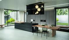 una #cucina moderna ad #isola e dal colore nero con dettagli di #legno FenixNtm #moacasa14