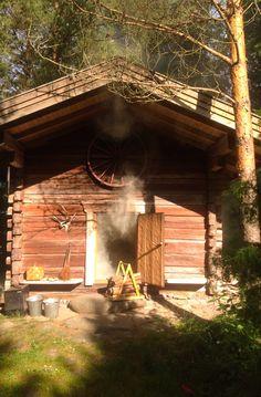 Vanha vilja-aitta sai uuden elämän savusaunana. Voihan pojat, mitkä leppoisat löylyt! Traditional Finnish smoke sauna.