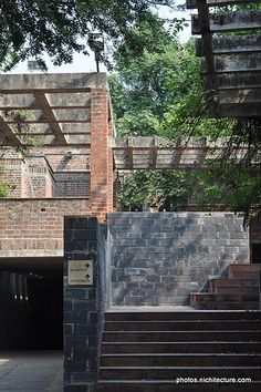 Center for environmental education - Ahmedabad - Architect Neelkanth Chaya - auditorium access defined by pergolas at various heights Tropical Architecture, Facade Architecture, Environmental Education, Kochi, Le Corbusier, Ahmedabad, Concrete, Brick, Pergola