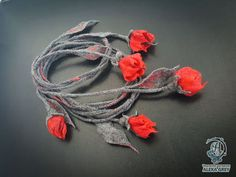 Купить или заказать Лариат 'Красные цветы' войлок в интернет-магазине на Ярмарке Мастеров. Авторский войлочный лариат. Очень интересное, многофункциональное и удобное украшение. Очень лёгкий. Войлочная версия лариатов отличается необычайной пластичностью и легкостью своего веса. Выполнен из тончайших волокон австралийской мериносовой шерсти, с добавлением волокон натурального шелка. Оттенки серого и красного. Мокрое валяние. Полная длина - 180 см.