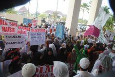 RATUSAN anggota Front Pembela Islam berdemonstrasi di depan Gedung DPRD Kabupaten Bekasi, Cikarang Pusat, untuk menolak Raperda Pariwisata yang sedang digodok Panitia Khusus (Pansus X). Dimulai sejak 13.00 WIB, massa FPI datang dalam beberapa gelombang lengkap dengan spanduk protes yang berisi penol…
