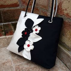 Kabelka Black and White Garden / Zboží prodejce jarama Handmade Purses, Handmade Handbags, Patchwork Bags, Quilted Bag, Sac Vanessa Bruno, Sacs Tote Bags, Diy Sac, Jean Purses, Denim Bag