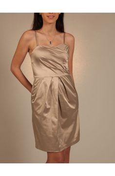 Robe bustier à fines bretelles, soyeuse et brillante, fronces à la taille, beige dorée