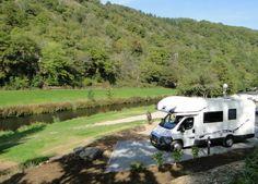 De Camperplaatsen hebben een mooie ligging met zicht op het rivier en dicht bij het restaurant-pizzeria-bissen en een busstation. U kunt langs de rivier wandelen naar Esh-sur-Sûre (3,5 km) of het natuurpark Bovensûre door een rondreis van het stuuwmeer met u camper ontdekken. Meer informatie kunt u bij onz in de receptie bekomen.