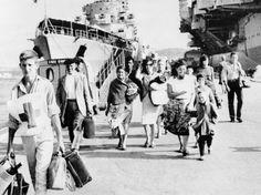 Des centaines de milliers de Pieds-noirs sont rapatriés dans les mois qui suivent. Les harkis restés en Algérie et abandonnés par l'État français seront persécutés. (AFP)