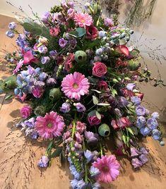 9 vind-ik-leuks, 0 opmerkingen - @bloemenateliersusanne op Instagram: '💜Afscheidsbloemen in roze-tinten, hopelijk geven ze een klein beetje troost🙏🏻 Blijft bijzonder om…'