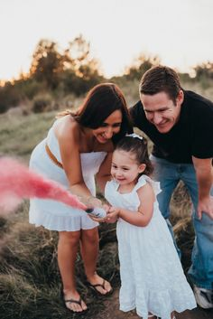Smoke bomb gender reveal // Gender reveal ideas, A marriage is Sibling Gender Reveal, Gender Reveal Pictures, Gender Reveal Announcement, Gender Announcements, 3. Trimester, Gender Reveal Photography, Family Photography, Gender Reveal Smoke Bomb, Summer Family Pictures