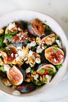 Salada de queijo de cabra, figos e hortelã, um delicioso almoço ainda com sabor a verão