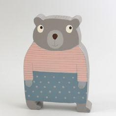 Méďa+40+Medvídek+je+vyřezaný+z+lipového+dřeva,+ručně+malovaný+akrylovými+barvami+a+voskem,+je+zdravotně+nezávadný.+Velikost+8+x+11+cm.