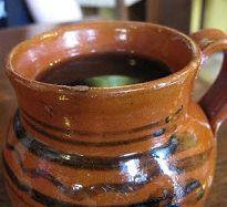 El café de olla es la versión mexicana de preparar café. Tiene un sabor dulcesito particular que le aporta el piloncillo. Sabe delicioso!
