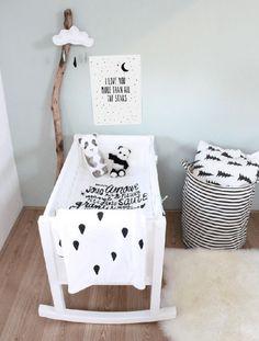 décoration de chambre de bébé noir et blanc graphique et minimaliste
