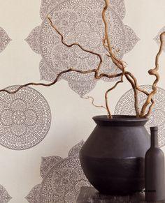 Behangcollectie Lounge van Eijffinger. Neem met Lounge een koffer vol met dromen mee naar huis. Inspiratie uit alle windstreken, vertaald in luxe dessins. Delicate poëzie met een krachtig contrast. Dromerige bloemen van glasparels, een glanzend mandela motief, verfijnde druppels in een prachtig materiaalcontrast. #behang  #wallpaper #interior #interieur #wonen #inspiratie Decor, Candle Holders, Interior, Wallpaper, Candles, Wall, Home Decor, Vase, Beige