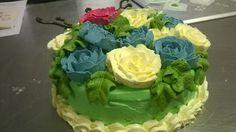 een taart vol botercréme rozen