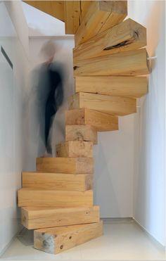 Спиральная лестница из деревянных блоков.