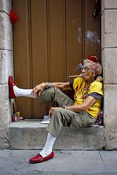 Old lady smoking cigar, Calla Empedrado, Havana, Cuba Women Smoking Cigars, Cigar Smoking, People Of The World, My People, Hipster Grunge, Cuban Women, Street Style Vintage, Mode Boho, Young At Heart