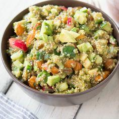 Eine ganze Schüssel voll Energie: Quinoa, Avocado und Mandeln werden kombiniert mit Datteln, Gurke und Radieschen zu einem bunten würzigen Salat.