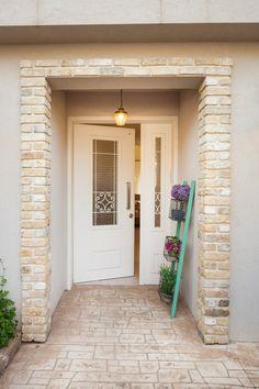 דלת כניסה עם זכוכית סבתא House Entrance, Entrance Doors, Interior Exterior, Exterior Design, Interior Doors, Apartment Renovation, Exterior Cladding, Kids Room Design, House Front