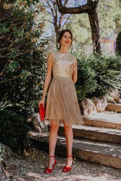 Look de invitada de mañana: flecos dorados | Invitada Perfecta Lace Skirt, Skirts, Outfits, Dresses, Ideas, Fashion, Gold Gown, Sequins, Hair Bows