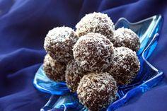Dolcetti al cioccolato e cocco che fanno impazzire grandi e piccini. Adatti per le feste vostre e dei (vostri) bambini, si preparano in 15 minuti. Sarà necessario riporle in frigorifero per almeno 2 ore prima di servirle.