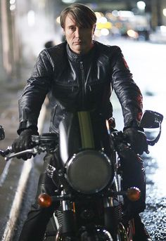 Hannibal Jacket Season 3 is available in tedwed online store. Mads Mikkelsen Tv Series Show Hannibal leather Jacket comes with free international shipping. Mads Mikkelsen, Will Graham, America's Got Talent, Distressed Leather Jacket, Black Leather, Leather Men, Leather Pants, Summer Tv Shows, Shining Stephen King