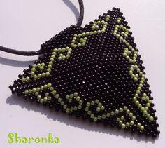 Trojúhelník IV. Trojúhelník šitý z japonského rokajlu TOHO (strana má 6,5 cm) zavěšený na černé kulaté kůži. Délka náhrdelníku 45 cm. Beading Jewelry, Crochet Earrings, Beads, Beading, Pearl Jewelry, Bead, Pearls, Seed Beads, Beaded Necklace