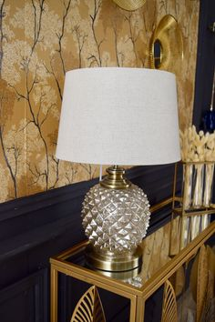 L'abat-jour rond en lin de cette lampe de chevet ou de bureau illuminera votre pièce et apportera une lumière chaleureuse. Salon Art Deco, Decoration, Table Lamp, Shades, Lighting, Home Decor, Home Improvement, Decorating Tips, Warm