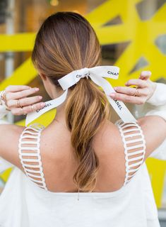 Three Tips for Wearing the Hair Ribbon Ponytail Trend Rock Hairstyles, Elegant Hairstyles, Ponytail Hairstyles, Ribbon Hair Ties, Hair Ribbons, Beauty Tips For Girls, Natural Beauty Tips, Bow Ponytail, Hair Scarf Styles