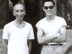 Yip Man (Ip Man), Wing Chun kung-fu master, with his young student, Lee Jun Fan, aka Bruce Lee. Bruce Lee Master, Bruce Lee Family, Bruce Lee Frases, Bruce Lee Quotes, Kung Fu, Brandon Lee, Martial Arts Movies, Martial Artists, Wing Chun Ip Man