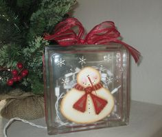 Snowman Glass Cube with Twinkle Lights - Christmas Decoration Light Christmas Craft Fair, Christmas Projects, Holiday Crafts, Christmas Stuff, Painted Glass Blocks, Decorative Glass Blocks, Hand Painted, Decorating With Christmas Lights, Christmas Decorations