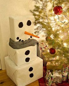 Christmas Gift Wrapping Ideas: White wrapping paper and black circles turn 3 plain boxes into an adorable snowman. You can make the circles out of black craft paper. Roll orange craft paper into a pointed tube to make the nose. Holiday Crafts, Holiday Fun, Holiday Decor, Snow Men Crafts, Holiday Ideas, Festive, Noel Christmas, Winter Christmas, Christmas Ideas