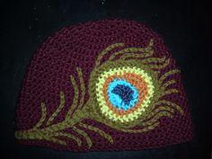 Beautiful peacock feather hat, but no pattern :( Crochet Cap, Crochet Beanie, Love Crochet, Crochet Motif, Crochet Hooks, Knitted Hats, Crochet Patterns, Crochet Crafts, Yarn Crafts