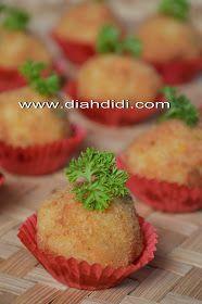 Diah Didi's Kitchen: Bitterballen Makaroni Keju Savory Snacks, Yummy Snacks, Snack Recipes, Cooking Recipes, Yummy Food, Diah Didi Kitchen, Dessert Drinks, Desserts, Resep Cake