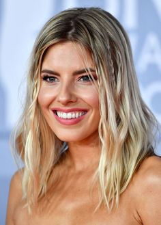 Natural Blonde Balayage - 20 Beautiful Winter Hair Color Ideas For Blondes - Livingly Plaits Hairstyles, Winter Hairstyles, Loose Hairstyles, Celebrity Hairstyles, Natural Blonde Balayage, Honey Blonde Highlights, Mollie King Hair, Blonde Color, Hair Color