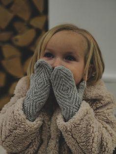 Lämmin ilo: Pikkuruiset kohokuviolapaset Knitting Patterns Free, Free Knitting, Fun Projects, Fingerless Gloves, Arm Warmers, Mittens, Children, Kids, Knit Crochet