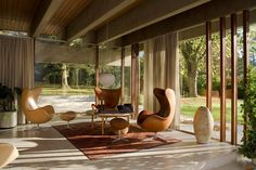 We've put together a list of the best modern homes in the UK. These six houses are exemplary executions of the guiding tentens of modernist architecture. Mid-century Interior, Interior Architecture, Interior And Exterior, Stylish Interior, Chinese Architecture, Futuristic Architecture, Interior Modern, Home Design, Salon Design