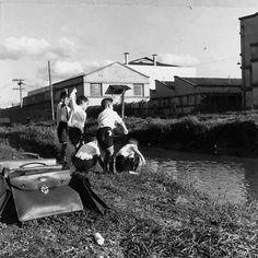 Uma foto de crianças brincando em antigo córrego na Rua Solimões, na Barra Funda, em São Paulo/SP em 1961.