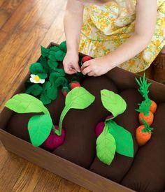 Onwijs leuke groentetuin voor de kids  Voor meer informatie google op 'diy-plantable-felt-garden-box