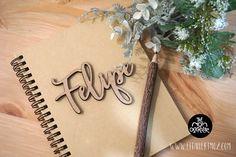 Cuaderno con nombre en madera
