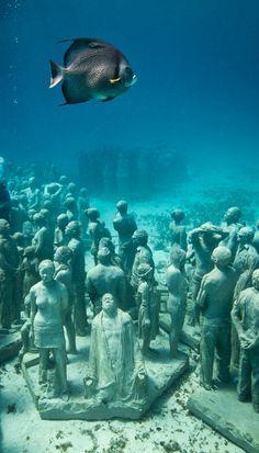 Die Skulpturen von Jason deCaires Taylor stehen auf dem Meeresgrund, und zwar vor #Cancún im Norden der mexikanischen Halbinsel #Yucatan. Weitere Bilder und Infos: http://www.travelbook.de/welt/Spektakulaerer-Unterwasserpark-Wo-Kunst-von-der-Natur-geformt-wird-508277.html (Credit: www.jasondecairestaylor.com)