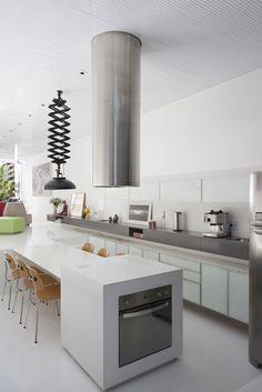 Inspiration déco: Cuisines de rêve | CHEZ SOI © Photo via designwreck.com #deco #cuisine #hotte #cylindrique #comptoir #blanc #luminaire