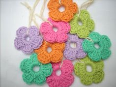 alice brans posted Collar babero de ganchillo amarillo pastel / SILAYAYA - Artesanio to their -crochet ideas and tips- postboard via the Juxtapost bookmarklet. Crochet Diy, Crochet Motifs, Love Crochet, Crochet Crafts, Yarn Crafts, Double Crochet, Crochet Projects, Simple Crochet, Crochet Puff Flower