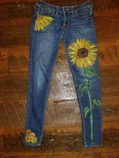 Hand painted jeans sunflowers - Summer Style - Grandcrafter - DIY Christmas Ideas ♥ Homes Decoration Ideas Painted Jeans, Painted Clothes, Hand Painted, Artisanats Denim, Denim Art, Denim Shorts, Jean Diy, Denim Crafts, Mode Boho