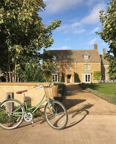 can we just live here?! Finished off this dreamy day with a candlelit dinner in the fancy farm barn before walking back to our cosy cabin #sygmdoessohofarmhouse #cotswoldslove #ihavethisthingwithbikes
